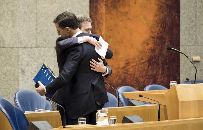 Halbe Zijlstra omhelst Mark Rutte na het afleggen van zijn verklaring.
