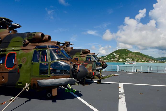 Twee Cougar-helikopters van het Defensie Helikopter Commando op het achterdek van Zr. Ms. Johan de Witt.