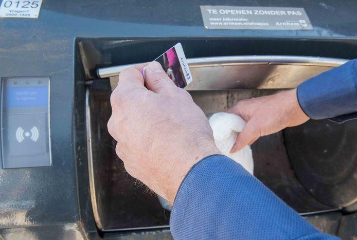 Arnhemmers met een minimum-inkomen moeten straks wel héél veel restafval in de ondergrondse containers gooien, wil dat voor hen in de papieren gaan lopen.