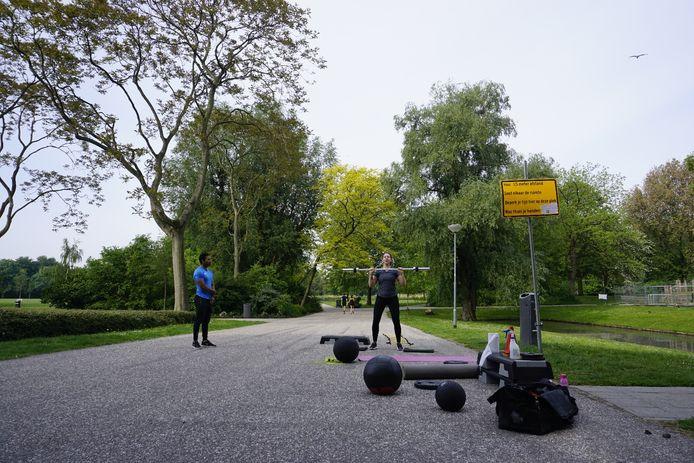 'Coronaproof' sporten met een personal trainer in het Vroesenpark in Rotterdam-Blijdorp.