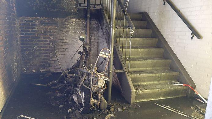 Dit is overgebleven van de scooter onderin het trappenhuis. Dikke rook trok als door een schoorsteen naar boven en kolkte over de galerijen.