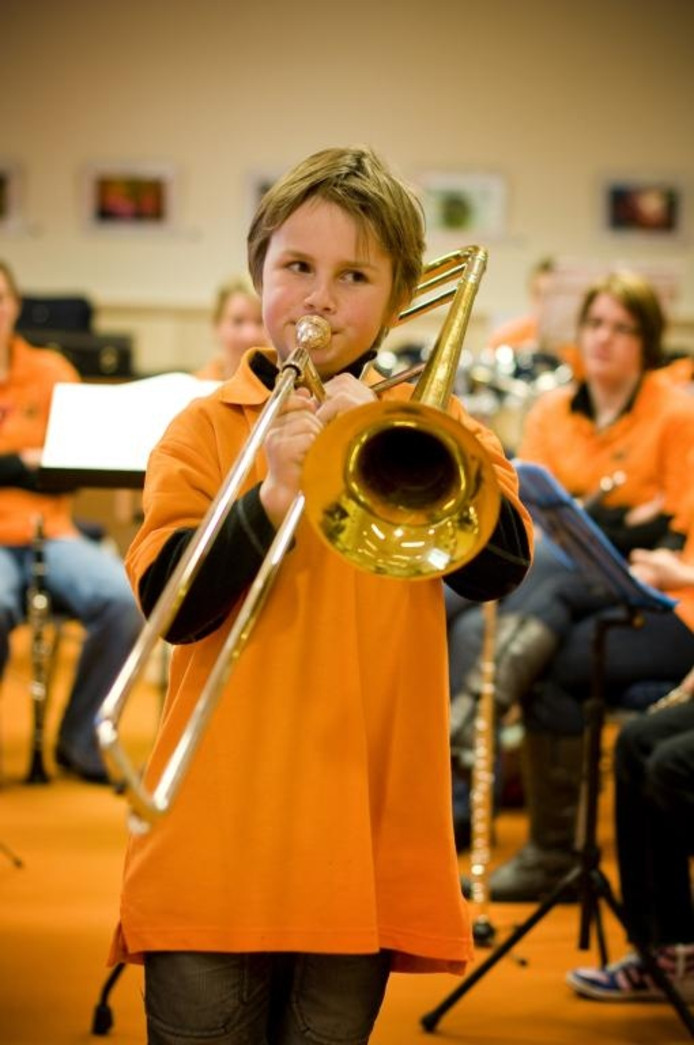 Jannes geeft een demonstratie op de trombone. foto Else Loof/het fotoburo