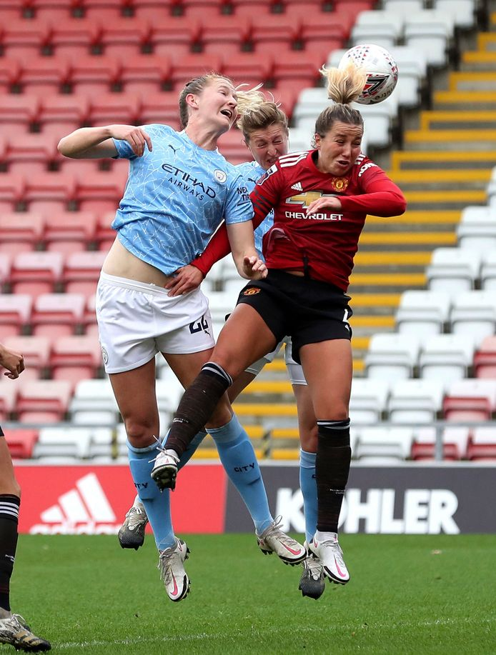 Sam Mewis in duel met United-captain Amy Turner.