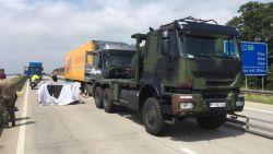 Zigzaggende truck met dode chauffeur achter het stuur gestopt door het leger