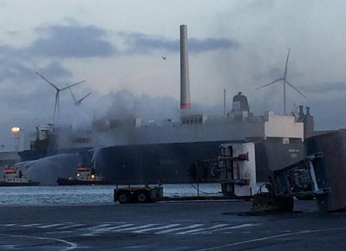Sleepboten koelen de romp van het schip.