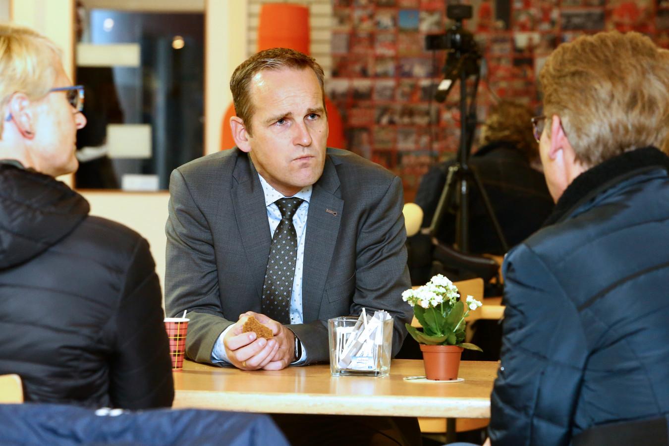 Omwonenden in gesprek met burgemeester Bram van Hemmen.