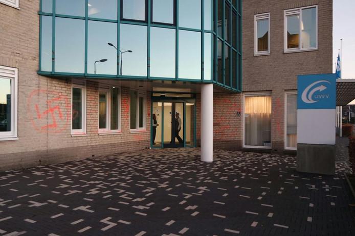 Hakenkruis op UWV-gebouw (2)