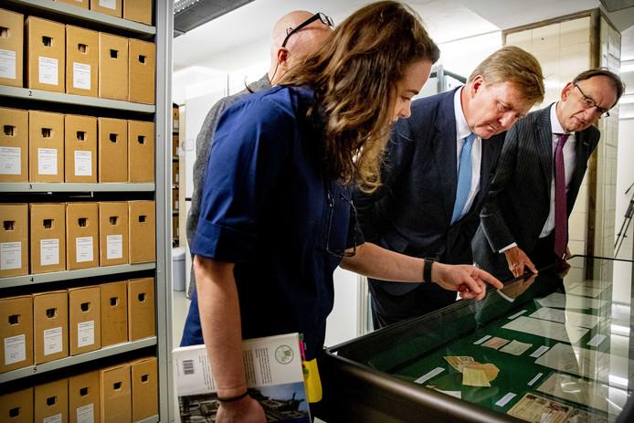 Collectiespecialisten Carlijn Keijzer en Hubert Berkhout, koning Willem-Alexander en directeur Frank van Vree tijdens de rondleiding bij het NIOD