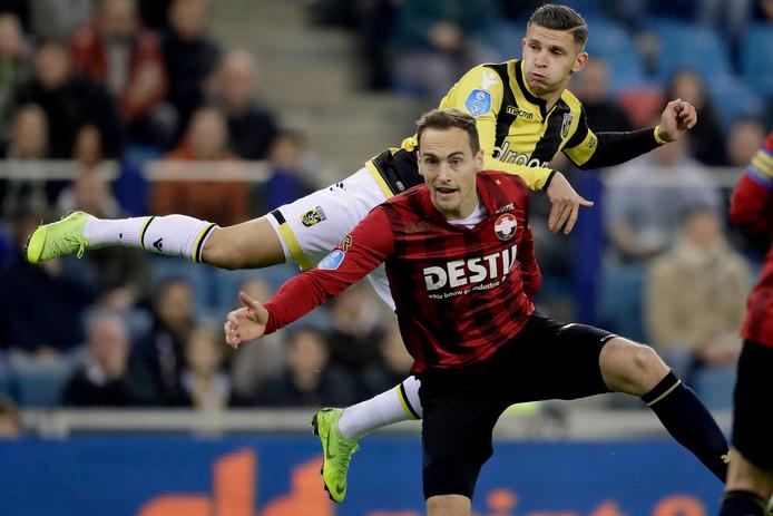 Bryan Linssen in actie tegen Willem II. De aanvaller is na nekklachten op tijd hersteld voor het duel met FC Emmen.