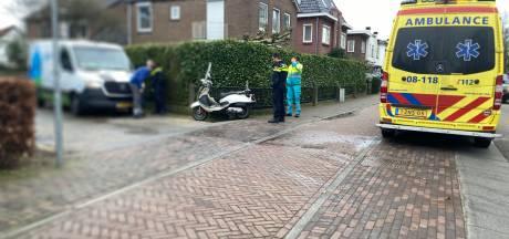 Bestuurder bestelbusje ziet scooter over het hoofd