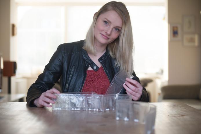 Tess Janssen met strip voor afbouwmedicijnen. foto Paul Rapp