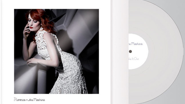 Een van de foto's die Karl Lagerfeld maakte van Florence Welch voor de limited edition uitgave van Shout it Out. © THE VINYL FACTORY