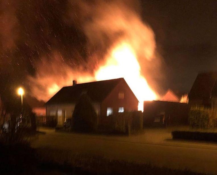 De brand was van straten verder zichtbaar.