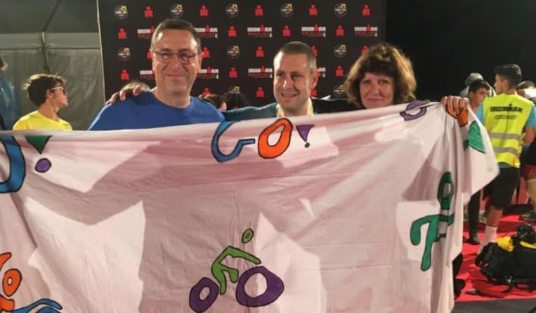 Frederik (midden) bij de finish van de Ironman in Barcelona