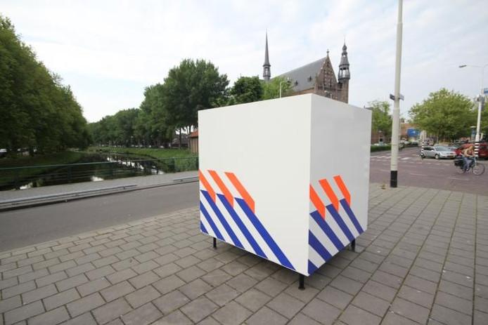 De 'politiedoos' op de kruising van de Haagdijk en de Tramsingel. Toen-ie nog overeind stond. foto's Charlotte Akkermans en León Krijnen