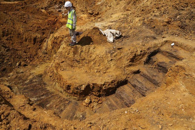 De houten trap is deze week blootgelegd. De archeologen hebben geen idee waar hij voor diende.