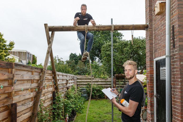 Niels Wieringa bereidt zich in zijn achtertuin voor op de 'road to 1000', rechts Jeroen Bolks.