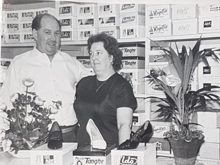 Bijna hetzelfde beeld, maar dan vijftig jaar geleden: Maurice Verschuere met Zoë Heyse in hun winkel.