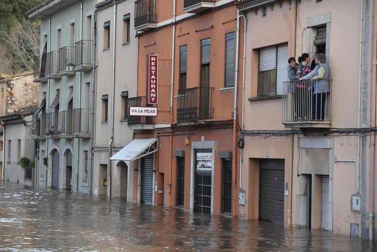 Een overstroomde straat in Sarria de Ter.