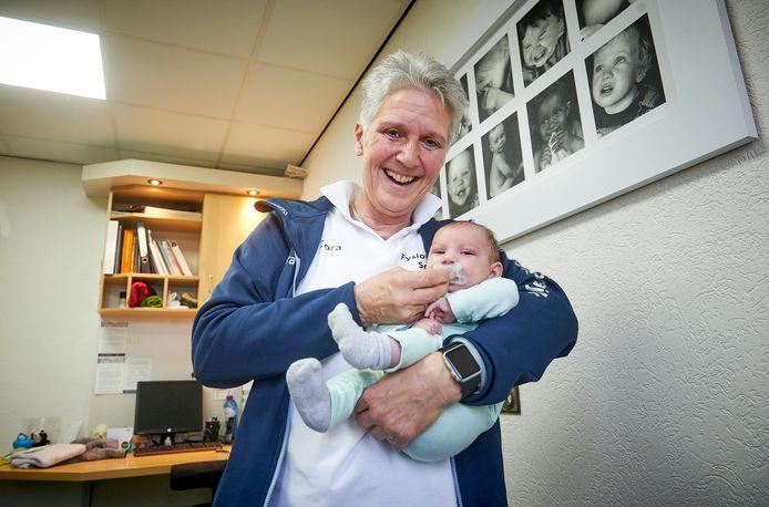 Cora Raaijmakers uit Schaijk neemt na 20 jaar afscheid. Ze heeft 7000 baby's behandeld waaronder veel huilbaby's. Fotograaf: Van Assendelft/Jeroen Appels