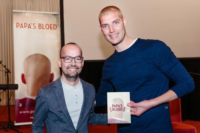 Dennis en Maarten van der Weijden met het eerste exemplaar van Papa's Bloed