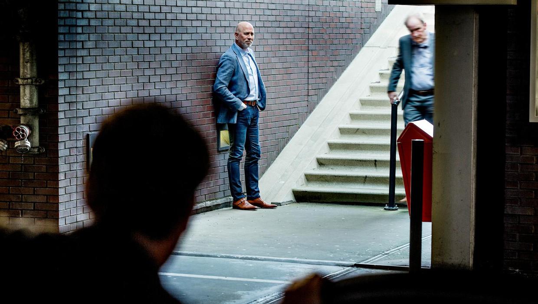 Voormalig agent Frank (m) staat op de uitkijk in een parkeergarage in Amstelveen.