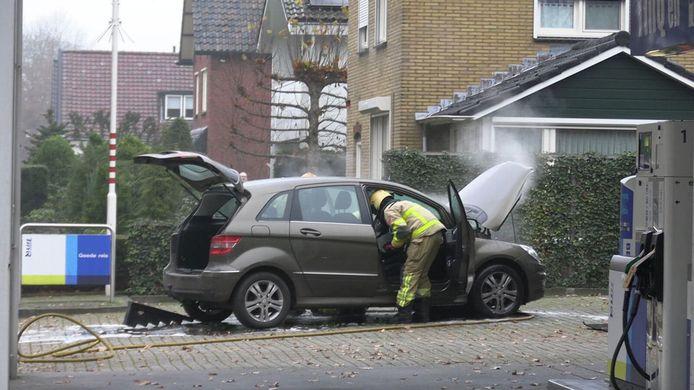 De brandweer bij de auto in Lichtenvoorde.