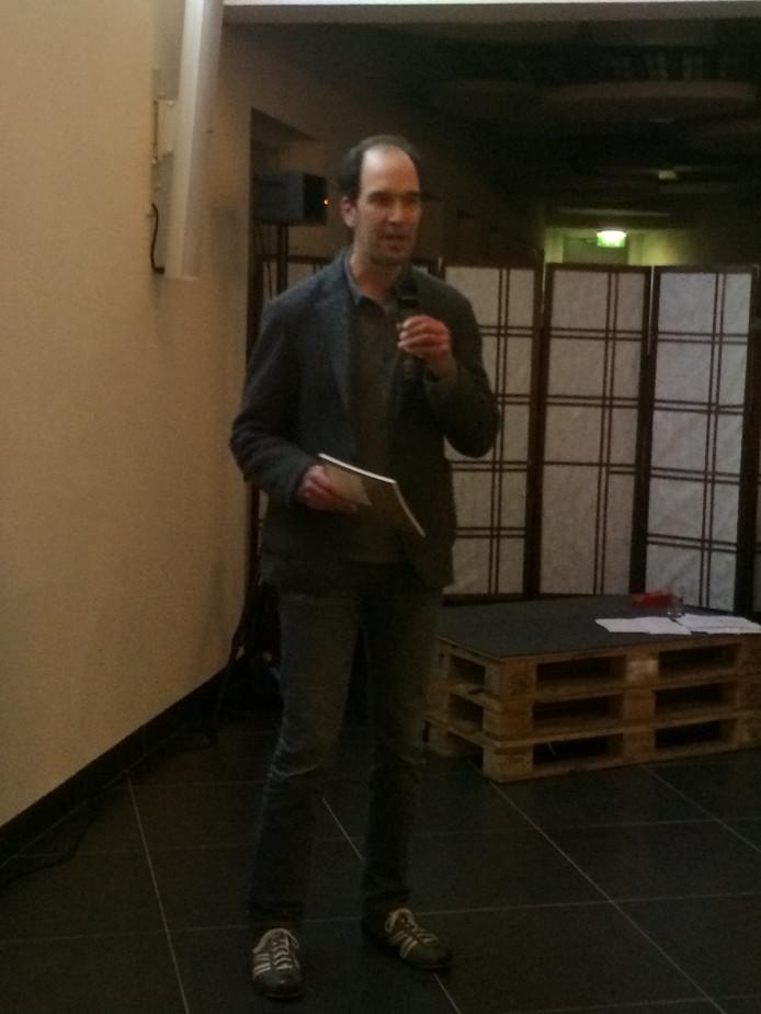 Gedeputeerde Henrik Swinkels met de bundel Lokale Liefde