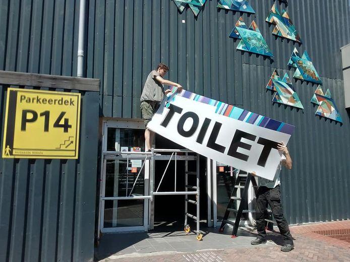 Iedereen weet nu dat er een toilet in het havenblok zit.