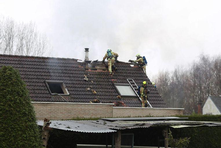 De brandweer moest een deel van het dak verwijderen.