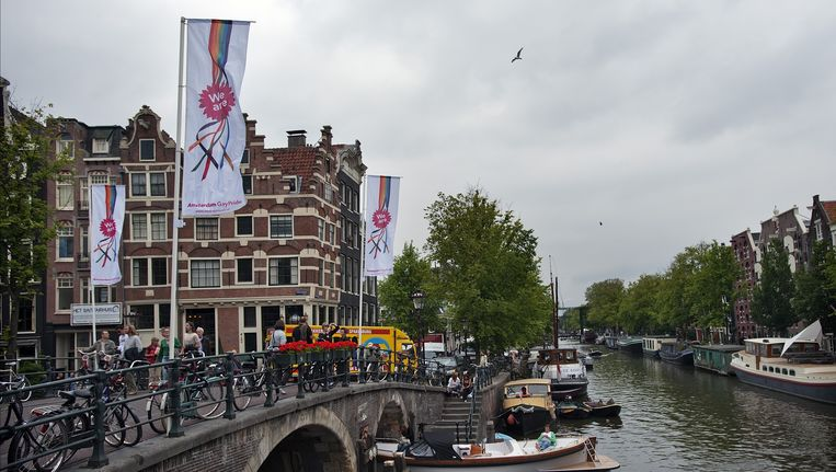 Op de Amsterdamse grachten wapperen Gay Pride-vlaggen. Beeld anp