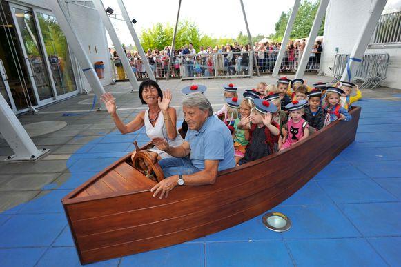 Burgemeester Ingrid Holemans en Jules Hernalsteen, de maker van de boot, varen de matroosjes tot aan de klas.