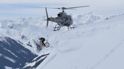 Mountainbiker springt uit helikopter waarna hij op skipistes zijn weg verder zet in waanzinnige video