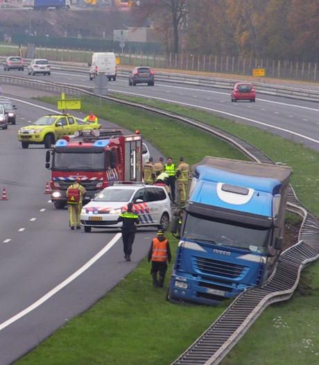 File op A35 nadat vrachtwagen van weg raakt bij Enschede