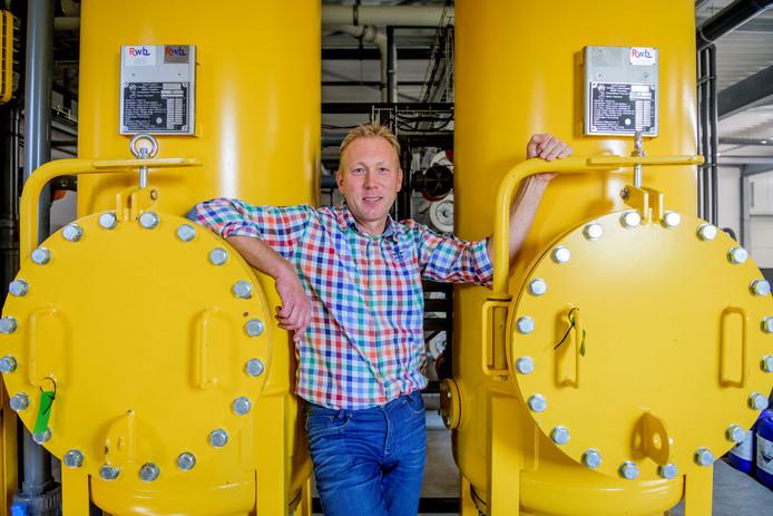 """Bedrijfsleider Arjan Prinsen van de eerste Groene Mineralen Centrale in Beltrum. """"Dit spul is net zo goed, het heeft dezelfde prijs, maar omdat het uit de buurt komt en milieuvriendelijker wordt geproduceerd is het veel duurzamer."""""""