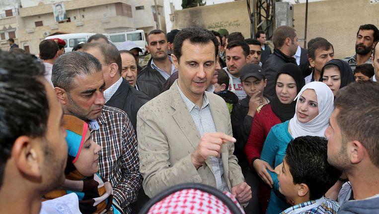 Bashar al-Assad praat met burgers in de stad Maaloula. Beeld anp