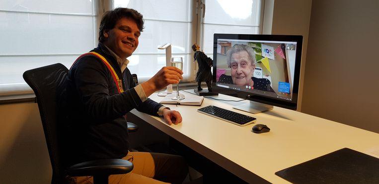 Burgemeester Pieter Claeys feliciteerde Eugenia tijdens een videochat, met bubbels in de hand.