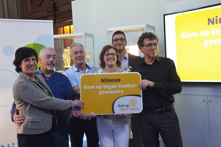 Archiefbeeld - De stad Ninove ontvangt het label van 'Kom op tegen Kanker-gemeente' van Marc Michils (uiterst rechts), algemeen directeur van Kom op tegen Kanker.