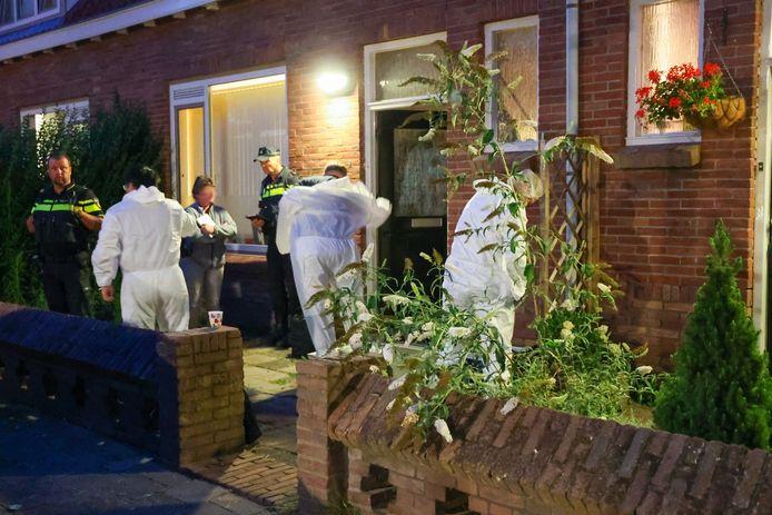 Politie en technische recherche bij de woning van de Eindhovense waar op 21 juli haar dode huisgenoot (57) werd gevonden in de woonkamer.