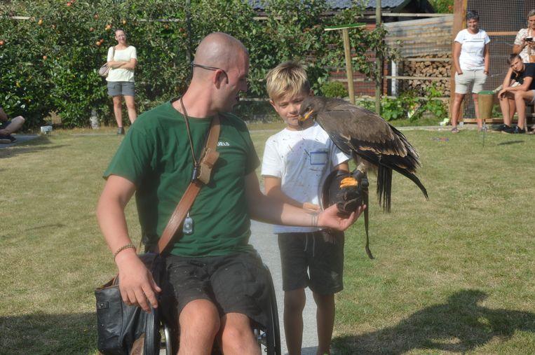 Eén van de kinderen met een arend op zijn arm.