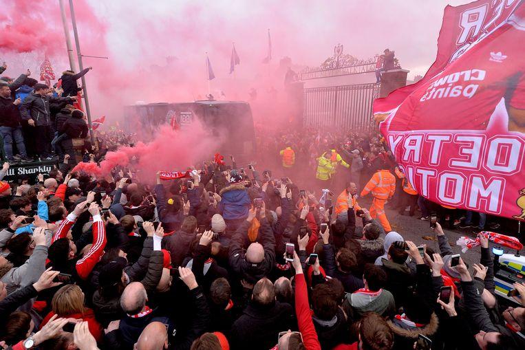 Liverpool-fans ontvangen de bus voor aanvang van de kwartfinale in de Champions League tegen Manchester City. Beeld EPA