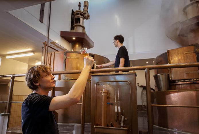 Brouwers in De Texelse Bierbrouwerij in Oudeschild, Texel