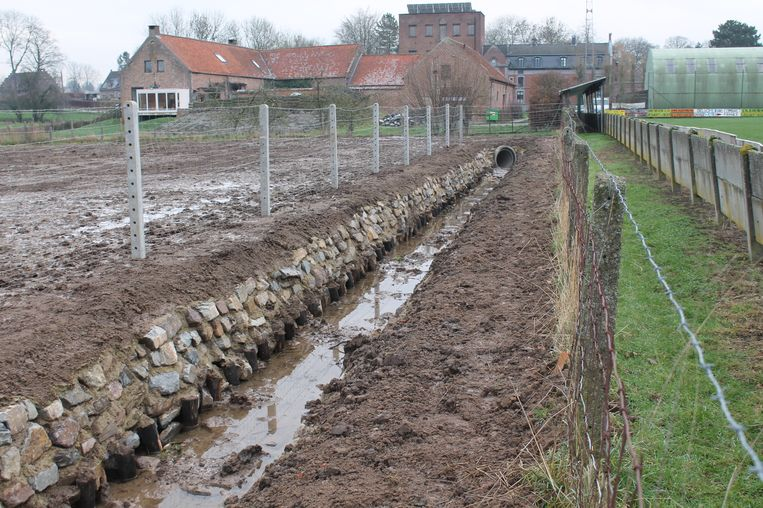 De Poreelbeek wordt via een open bedding rond het voetbalterrein van Excelsior Bever geleid.