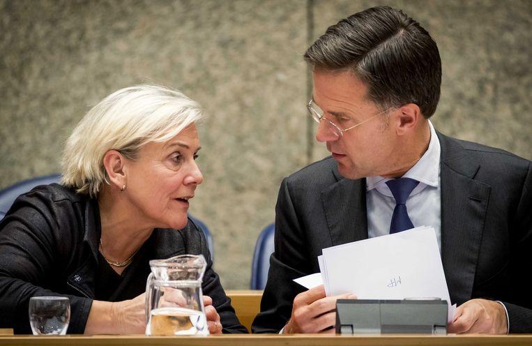 Ank Bijleveld, minister van Defensie, en Mark Rutte tijdens het Kamerdebat over het bericht dat de premier geïnformeerd zou zijn over de burgerdoden in Irak.  Beeld ANP/Koen van Weel