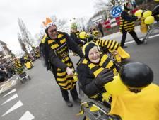 Op de oprit in Bornerbroek met Mummelman en bier: 'Zo volgen wij de optocht, dat is traditie'