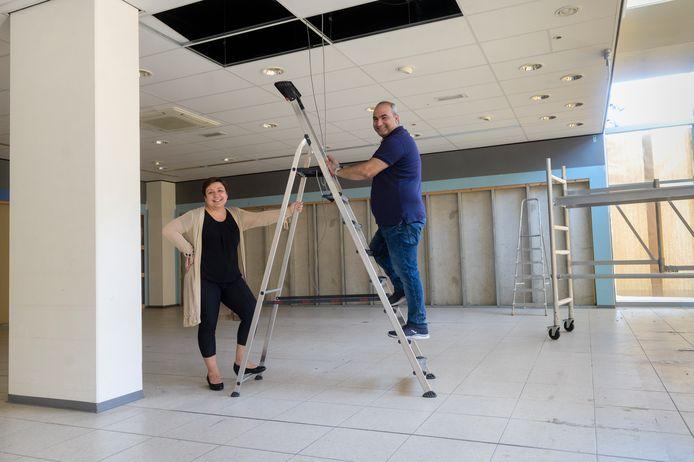 Belgin en Hakan Demir verhuizen met hun Delicatessenzaak Mezze op Winkelcentrum Roombeek.