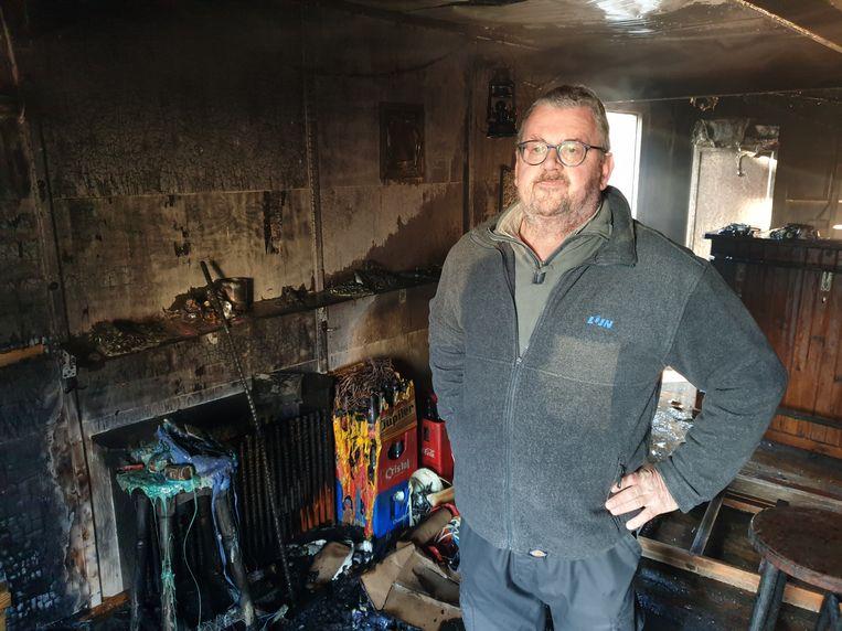 Voorzitter van de Gemeenschapsraad Noorderwijk Benny Nuyts in de uitgebrande chalet.