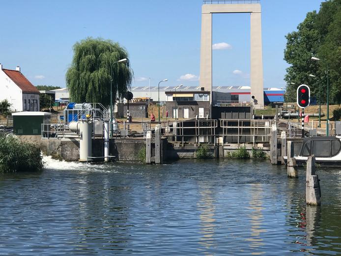 Waterschap Brabantse Delta pompt bij de sluis in Roodevaart water uit het Hollandsch Diep in de Roode Vaart.