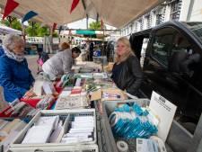 Yvonne (61) stopt na 36 jaar met haar kaartenkraam op markt in Kampen: 'Een kantoorbaan vond ik niks'