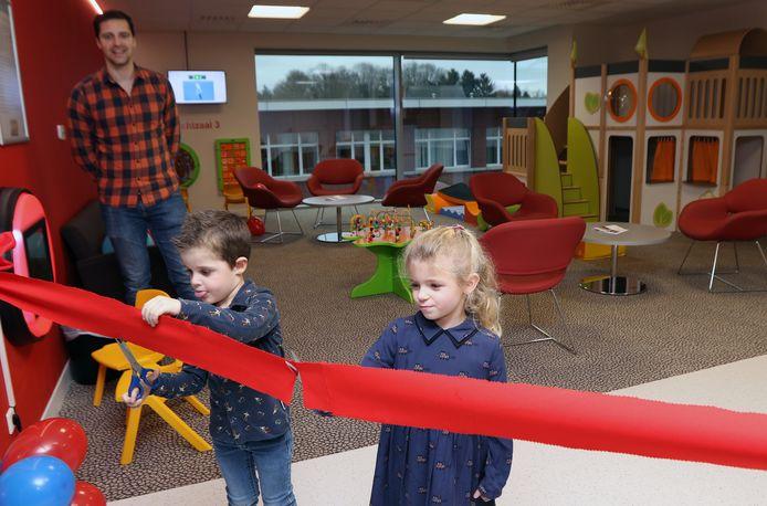 Lily De Peuter en Leon Van Doninck openden wachtzaal 3, die voorbehouden is voor het kindtraject, en doorliepen daarna ter illustratie het hele traject.